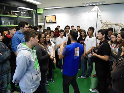 grupo alunos na exposição do mav_1
