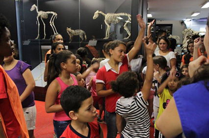 grupo alunos na exposição do mav_2